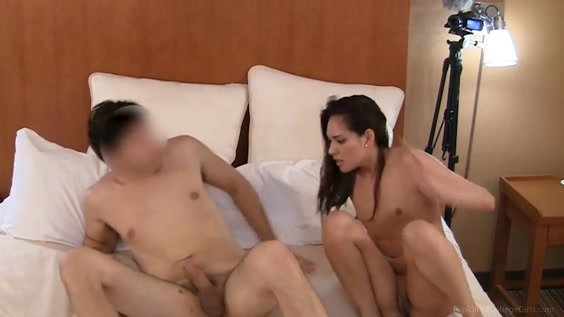 Молодая девушка с другом на кровати сняли домашнее порно и подрочили друг другу